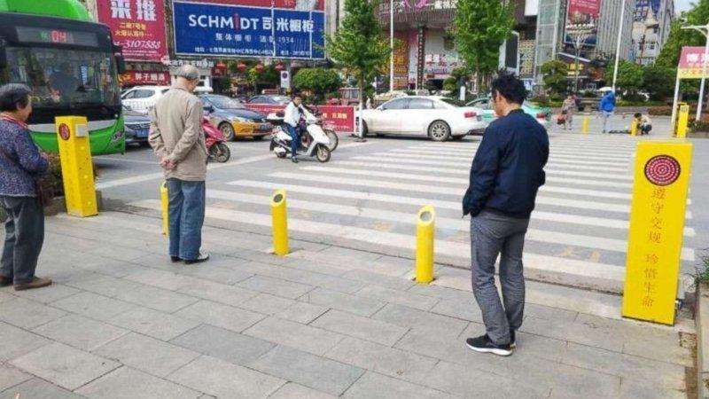 В Китае придумали, как бороться с теми, кто переходит дорогу на красный свет