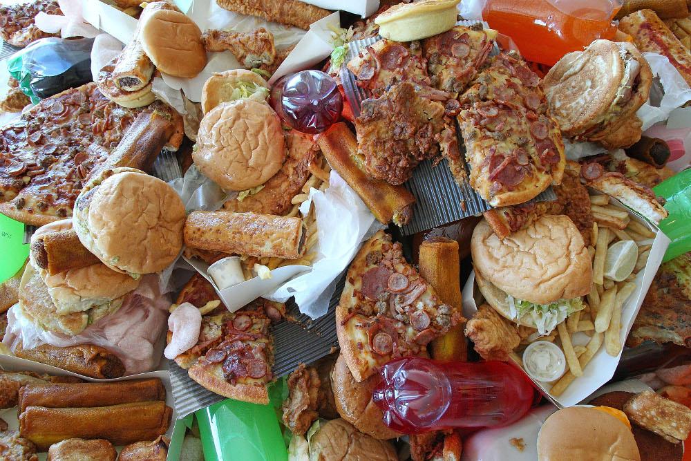 «Мне, пожалуйста, Мактараканбургер и фекальный пломбир!» или несколько шокирующих вещей, которые находили в еде из ресторанов быстрого питания