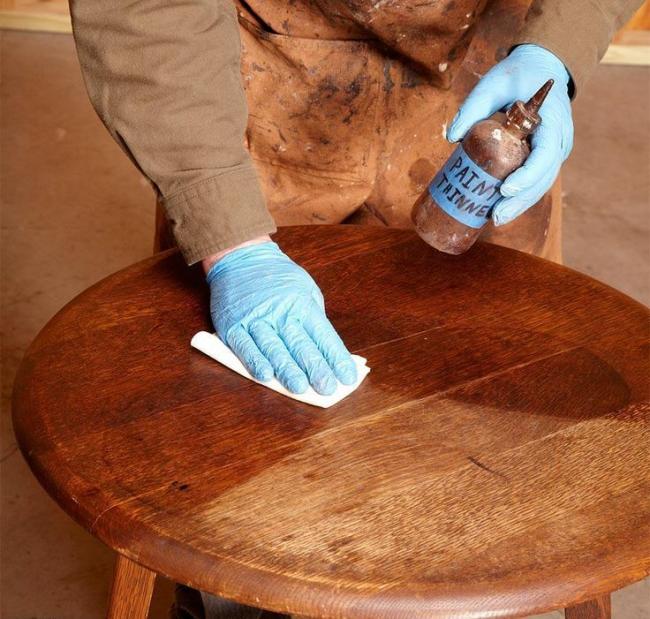 Свежести натуральной древесине придают специальные полирующие средства, которые можно найти в любом строительном или мебельном магазине