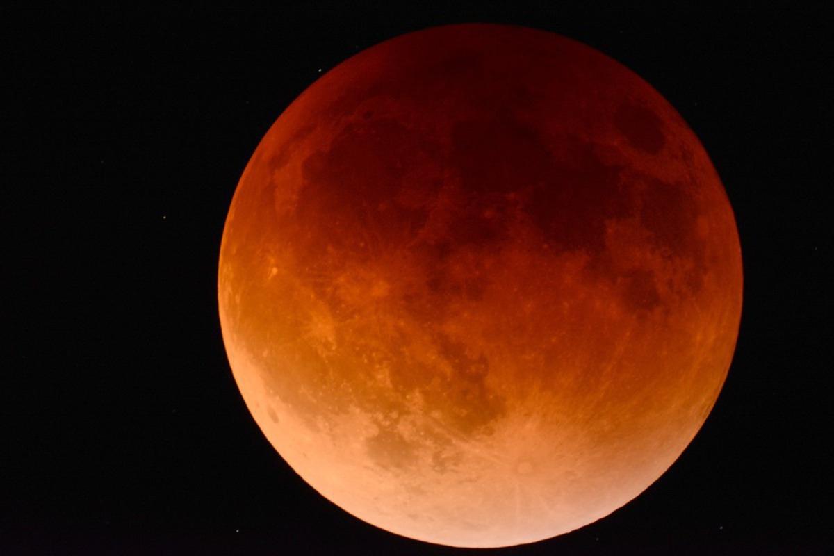 Астрономы выяснили причину необычной вспышки во время затмения Луны