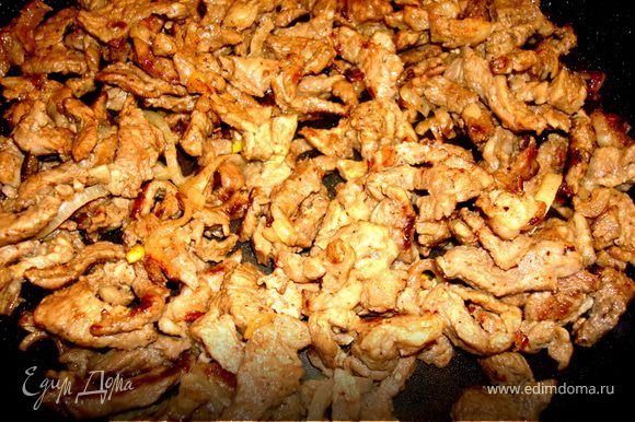 Обжарить на сухой сковороде мясо, без добавления какого-либо масла, так, чтобы оно хорошо подрумянилось и немного закрутилось…
