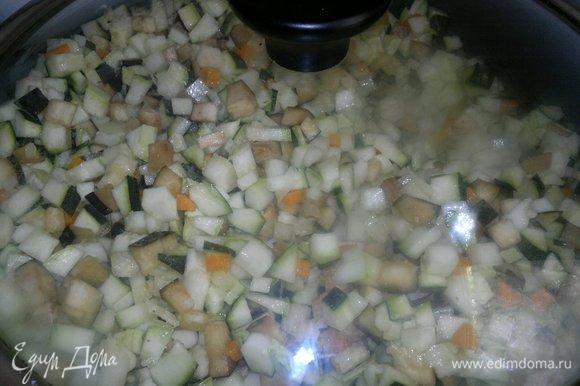 Убавить огонь, накрыть сковороду крышкой и тушить икру до мягкости овощей.