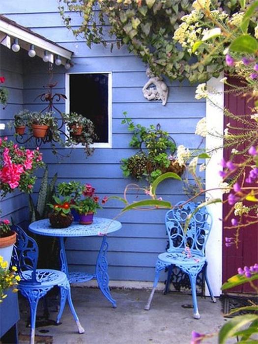 Яркое оформление сада с интересными деталями, создаст волшебную обстановку.