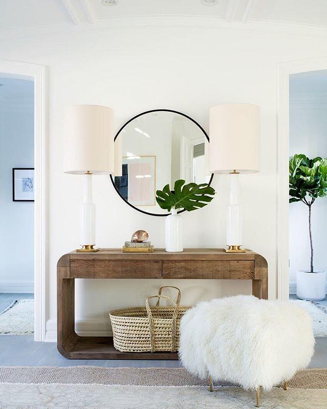 Симпатичный уголок со столиком и пуфом в прихожей