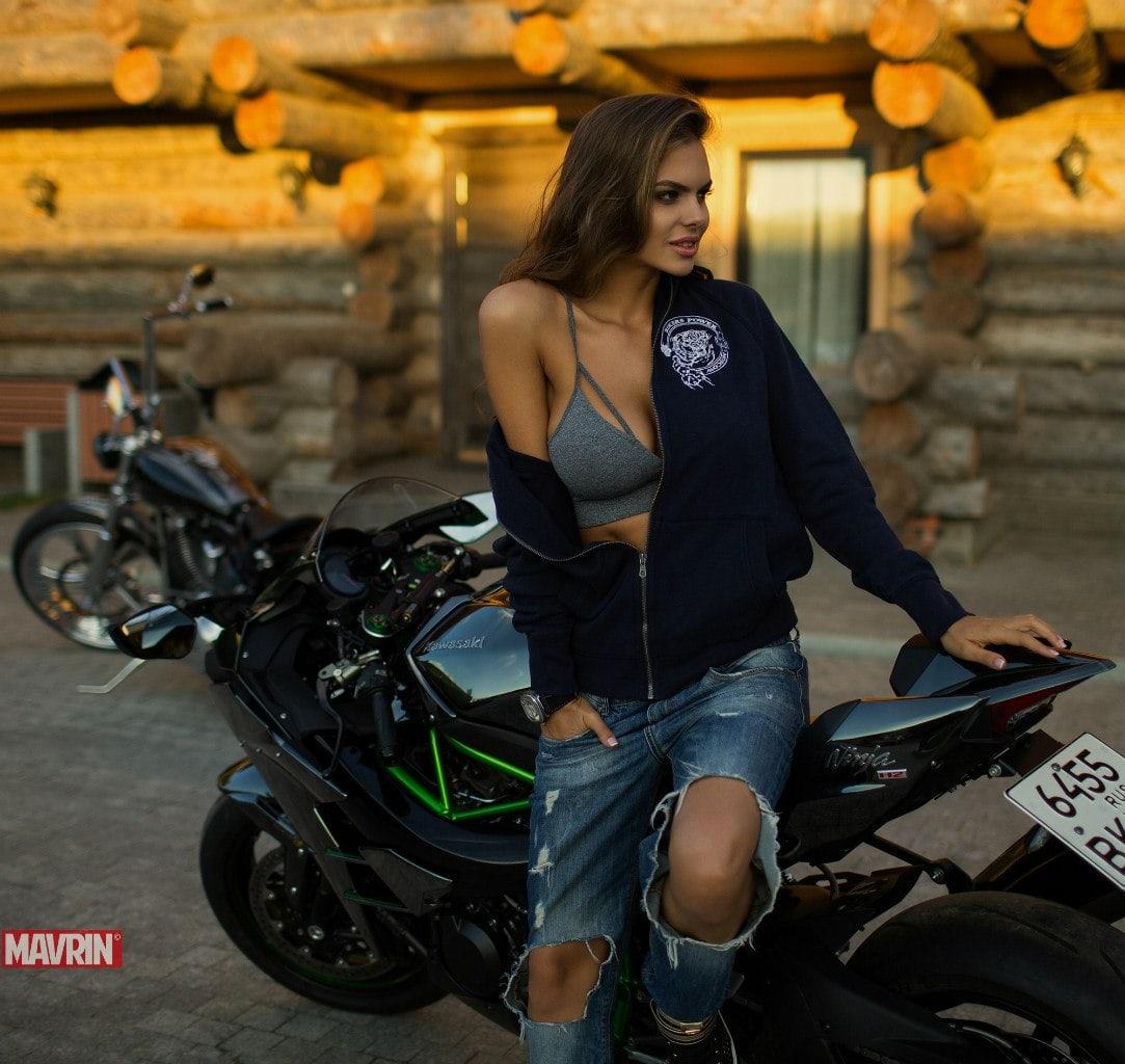 Красотки рядом с автомобилем и вместе с мотоциклом