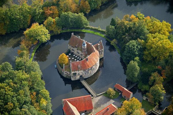 Замок Вишеринг в Германии. Замок состоит из внешнего оборонительного двора, защитных шлюзов, подъемного мост, перекинутого через ров, главного корпуса и часовни.