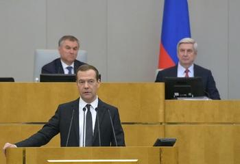 Медведев признался в отсутствии денег на повышение МРОТ