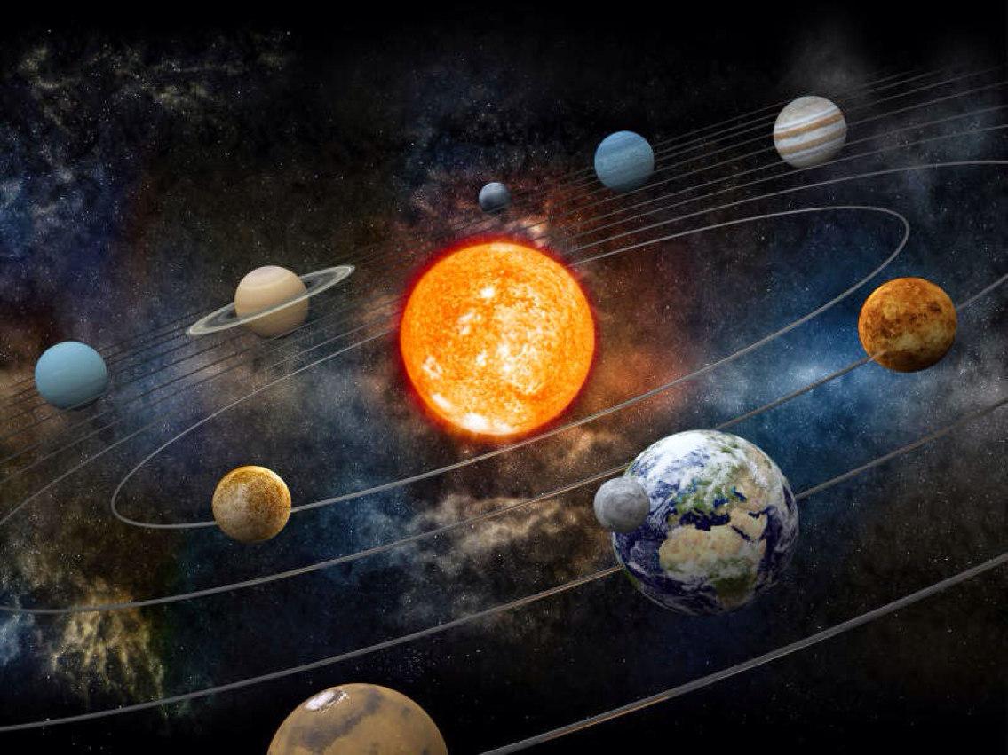 Почему орбиты планет лежат в одной плоскости?
