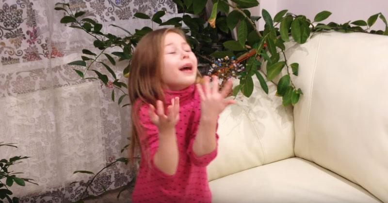 Малышка рассказывает стих Сергея Есенина «Белая береза». Это самое артистичное прочтение в Сети!