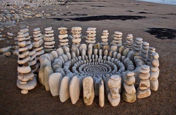 Британский художник создает мандалы из камней и листьев