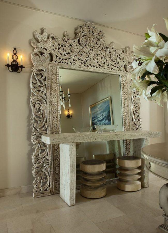 Красивое вырезное зеркало с консолью из такого же светлого дерева