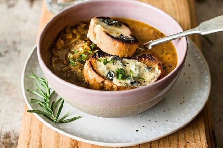 Луковый суп с колбасой