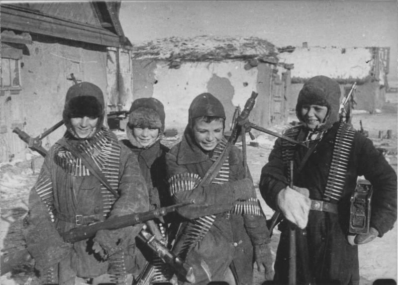 О том, как 11-16 летние детдомовцы два дня защищали свою деревню от фашистов. Враг был отброшен