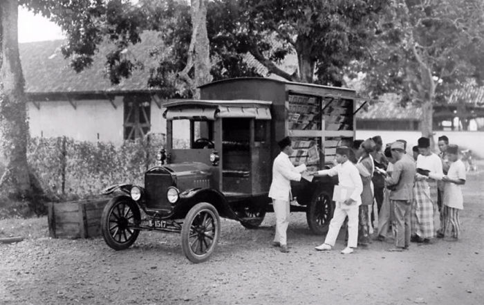 В Индонезии, начало 20 века. библиотека, библиотека на колесах, ретро фото