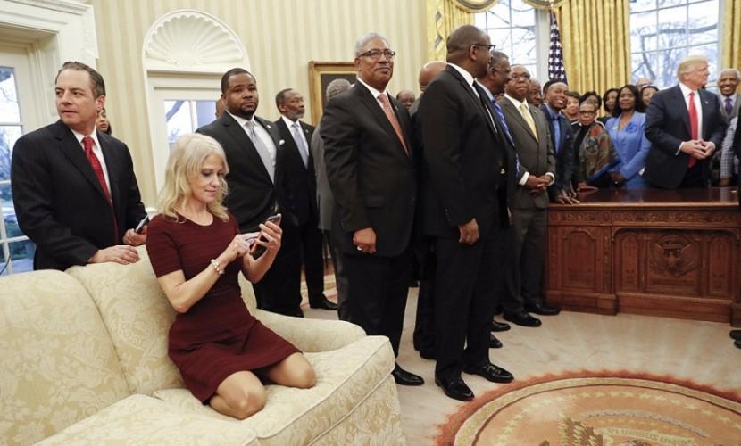 Простота хуже воровства: Пользователи возбудились от раскованной позы советника Трампа в Овальном кабинете Белого дома