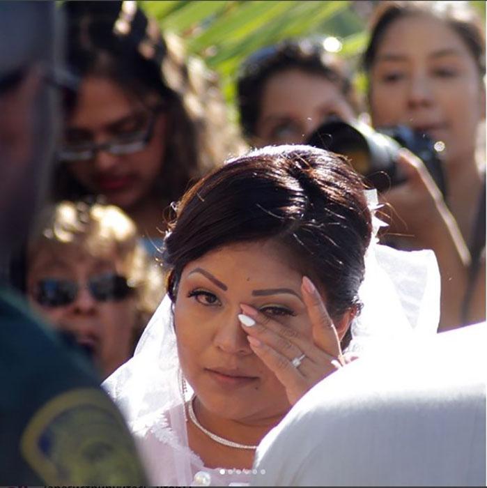 Пара сыграла свадьбу прямо на границе двух стран