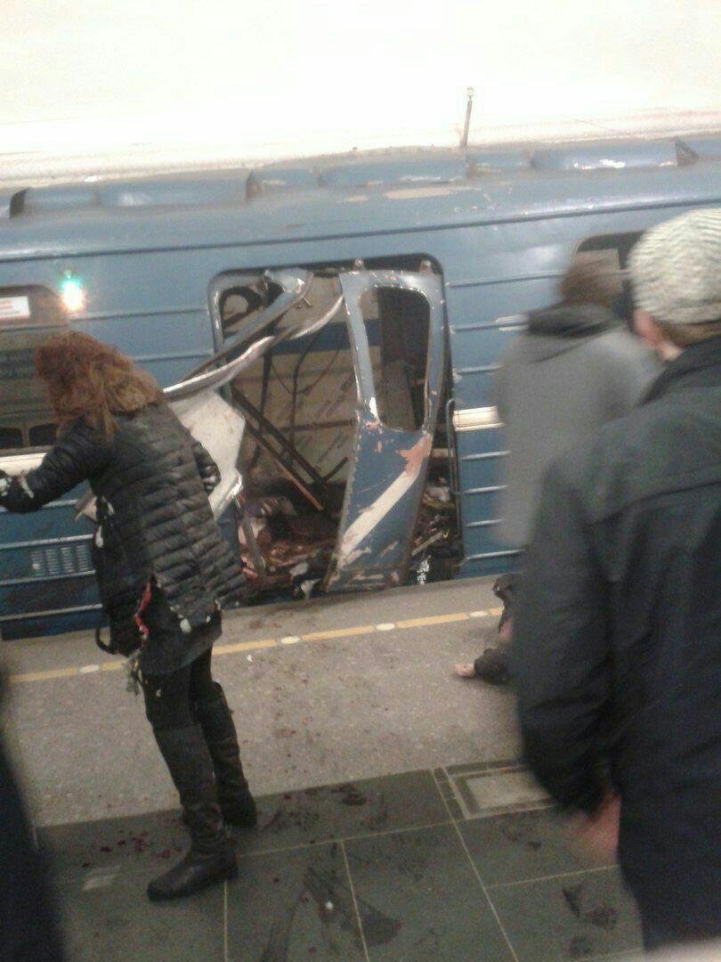 В Петербурге закрыты 7 станций метро после взрыва в вагоне, унесшего жизни 10 человек