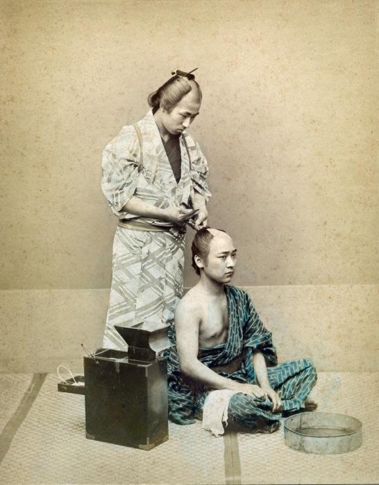 Мужчинам  волосы на темени сбривали, а с висков и затылка заплетали лентой в высокий пучок.