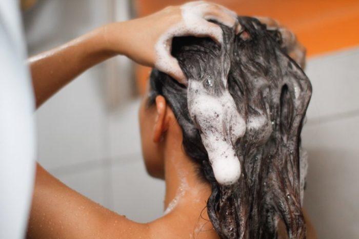 Попробуйте нанести бальзам до шампуня. /Фото: obzorus.com