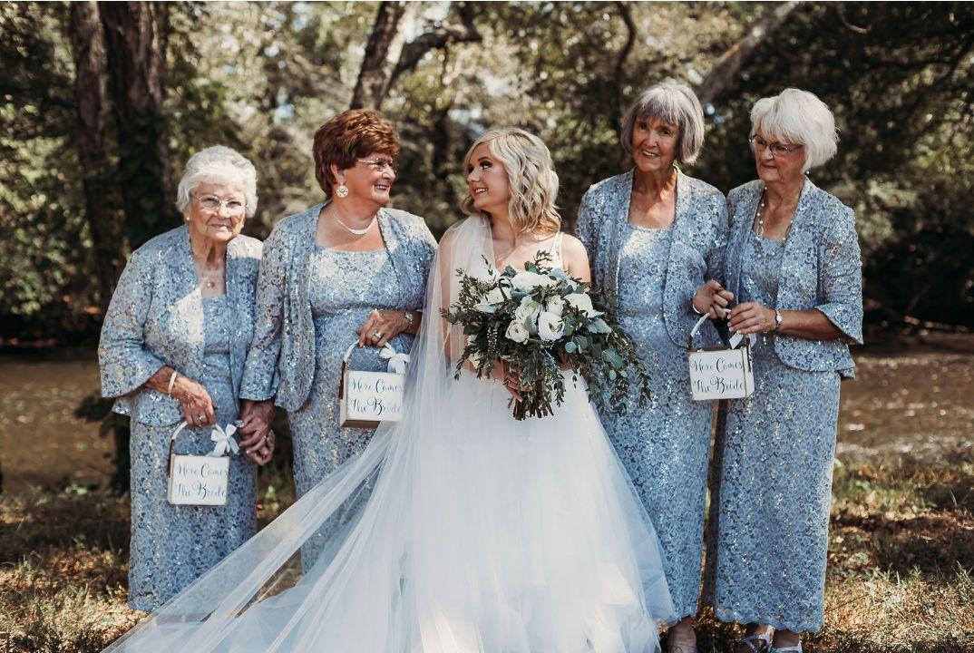 На свадьбе возникла проблема с «цветочными девочками» и невеста пригласила вместо них своих бабушек