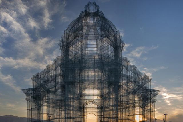 Итальянский художник создал невероятную архитектурную инсталляцию из металлических прутьев