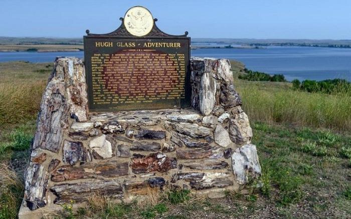 Памятник, посвященный Хью Глассу, установленный в 2015 году.