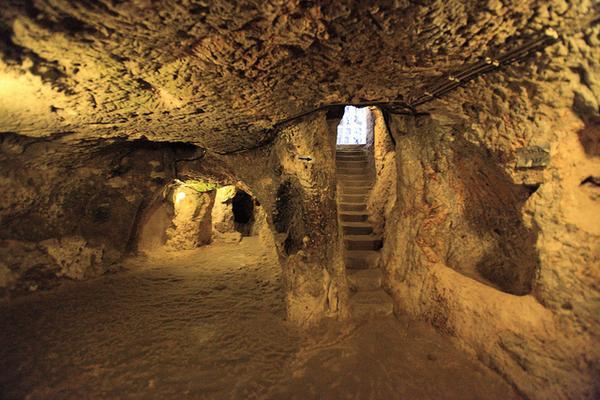Во время ремонта в старом доме хозяин обнаружил вход в затерянный подземный город