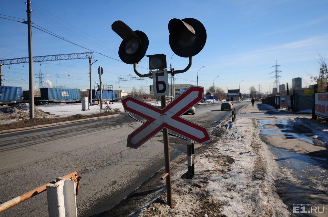 В РЖД потребовали ужесточить штрафы для водителей, которые нарушают правила на железнодорожных переездах