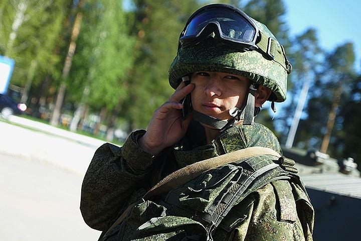 Армию сажают на кнопку: с 1 марта в войсках могут запретить смартфоны
