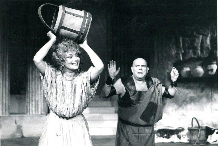 Польская и советская актриса Эва Шикульска на театральной сцене.