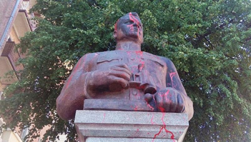 Надругательство в Полтаве: памятник генералу Ватутину облили красной краской
