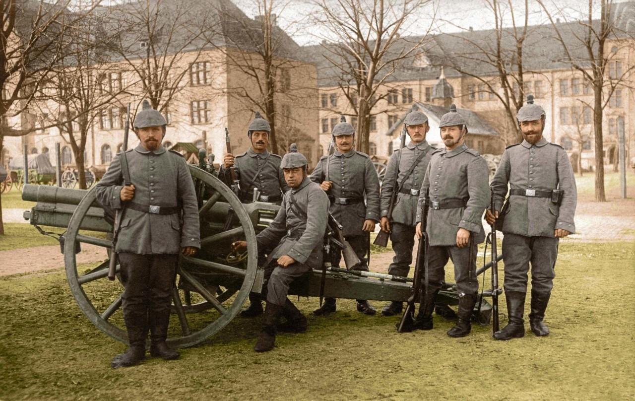 Группа солдат Немецкой полевой артиллерии рядом с 77-мм полевой пушкой, 1914 г. архивное фото, колоризация, колоризация фотографий, колоризированные снимки, первая мировая, первая мировая война, фото войны
