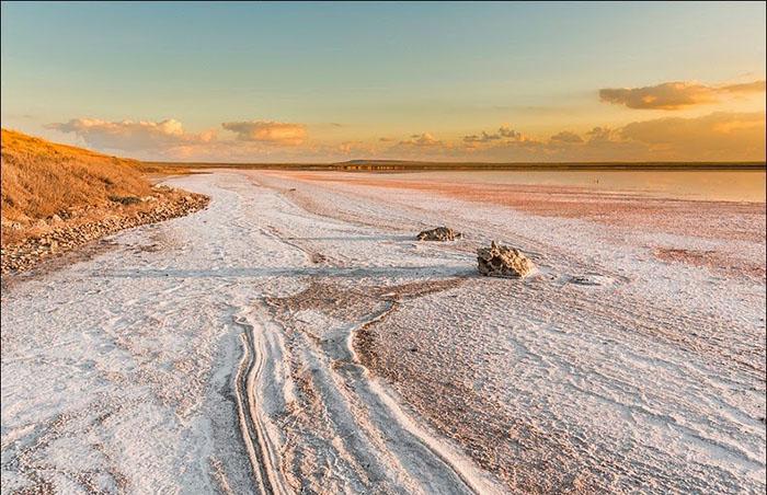 Благодаря розовому цвету соли местный пейзаж выглядит совершенно нереально. Фото: Сергей Анашкевич.