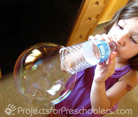 Большие мыльные пузыри - выдуваем с помощью пластиковых бутылок