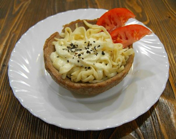 Домашняя лапша в мясной тарелке под сырно-сметанным соусом...