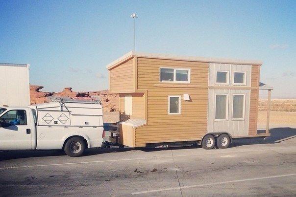 Крошечный дом на колесах с уютной обстановкой внутри