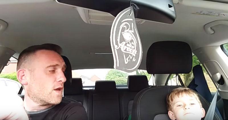 Мальчик с папой находились в машине. Внезапно заиграла любимая песня малыша, и началось нечто невероятное!