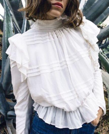 Самый романтичный тренд весны 2018 — белые блузы в викторианском стиле