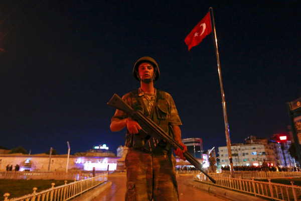 A Turkish military stands guard near the Taksim Square in Istanbul, Turkey, July 15, 2016.   REUTERS/Murad Sezer     TPX IMAGES OF THE DAY      - RTSI74I