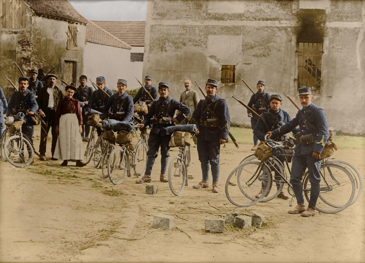 Французские солдаты на велосипедах - обычное дело в Первую мировую архивное фото, колоризация, колоризация фотографий, колоризированные снимки, первая мировая, первая мировая война, фото войны