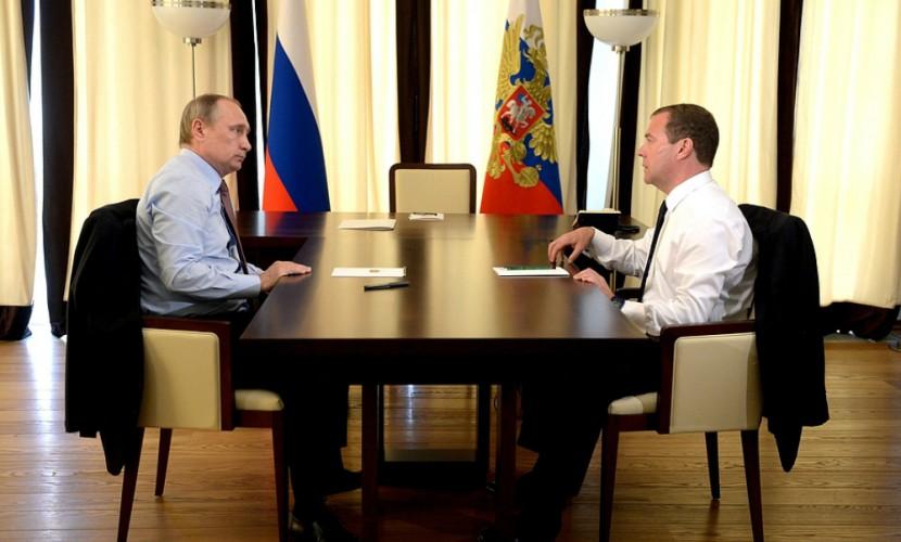 Страна слезает с нефтяной иглы....: Путин и Медведев встретились вчера наедине для обсуждения судьбы рубля