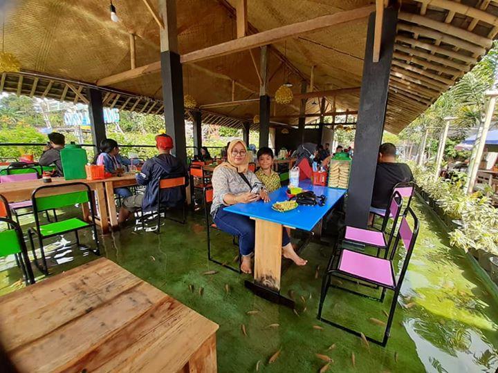 В новом индонезийском ресторане можно поесть рыбу, пока рыба будет есть вас