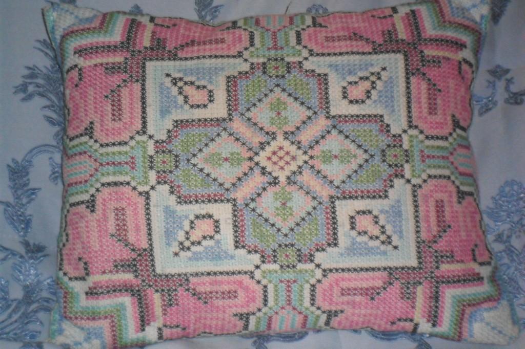 Вышивка подушек болгарским крестом