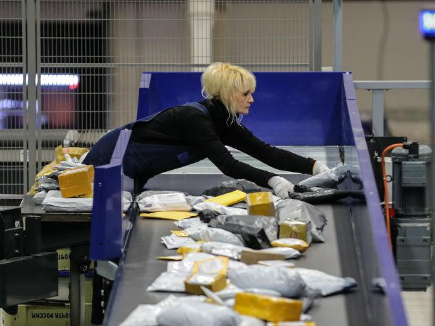 Тысячи посылок россиян застряли из-за новых правил таможни