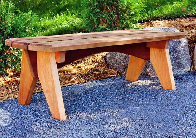 Простая деревянная скамейка …