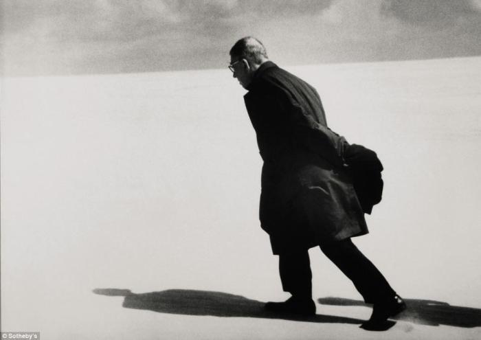 Культовое фото 1965 года Антанаса Суткуса не раз появлялось на обложках мировых изданий. Тогда литовского фотографа попросили запечатлеть официальное путешествие писателя Жана-Поля Сартра в страну. Продано за 7.250 фунтов стерлингов.