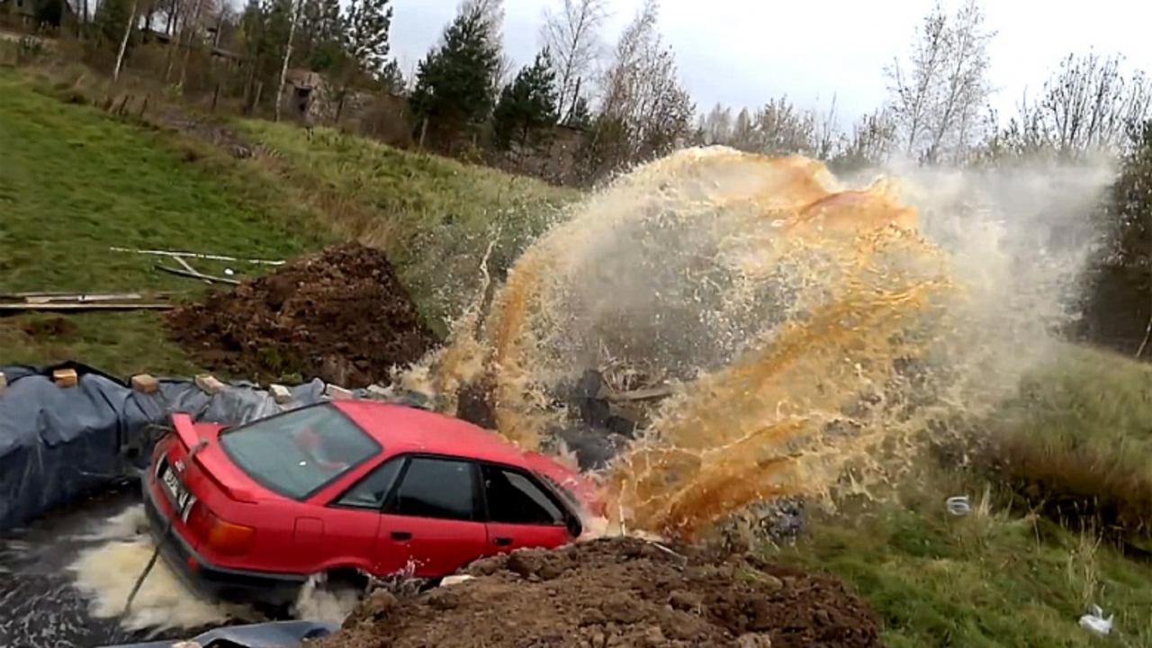 73-летний житель Латвии попытался необычном способом удалить со своей старенькой Audi ржавчину, утопив ее в кока-коле