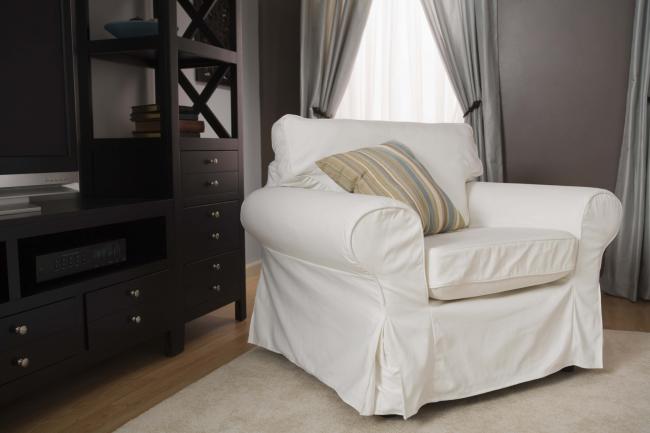 Белоснежный чехол для большого кресла, который очень легко заменить