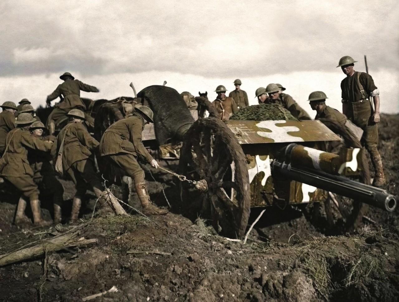 Установка пушки на позицию, за два дня до первой атаки на хребет Пашендейль (третья битва при Ипре), 1917 г. архивное фото, колоризация, колоризация фотографий, колоризированные снимки, первая мировая, первая мировая война, фото войны