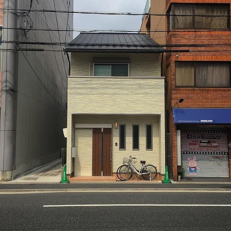 Маленький дом на большой улице архитектура, дома, здания, киото, маленькие здания, местный колорит, фото, япония